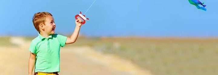 Niño Jugando con una Cometa en Vacaciones
